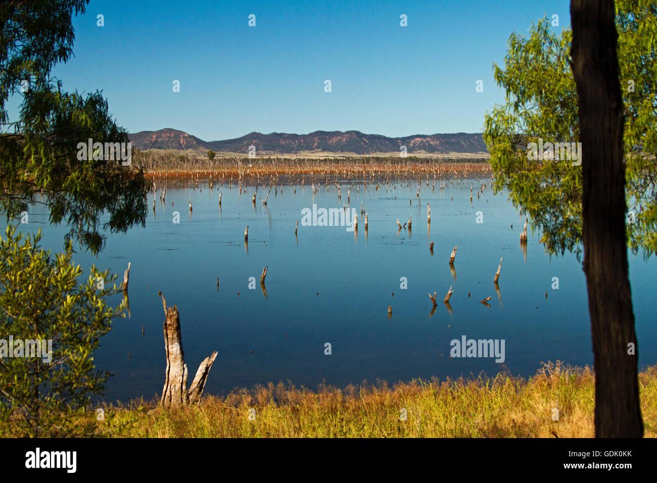 Vasto calme acque blu del lago Nuga Nuga con robusto Carnarvon varia sull orizzonte sotto il cielo blu in outback Immagini Stock