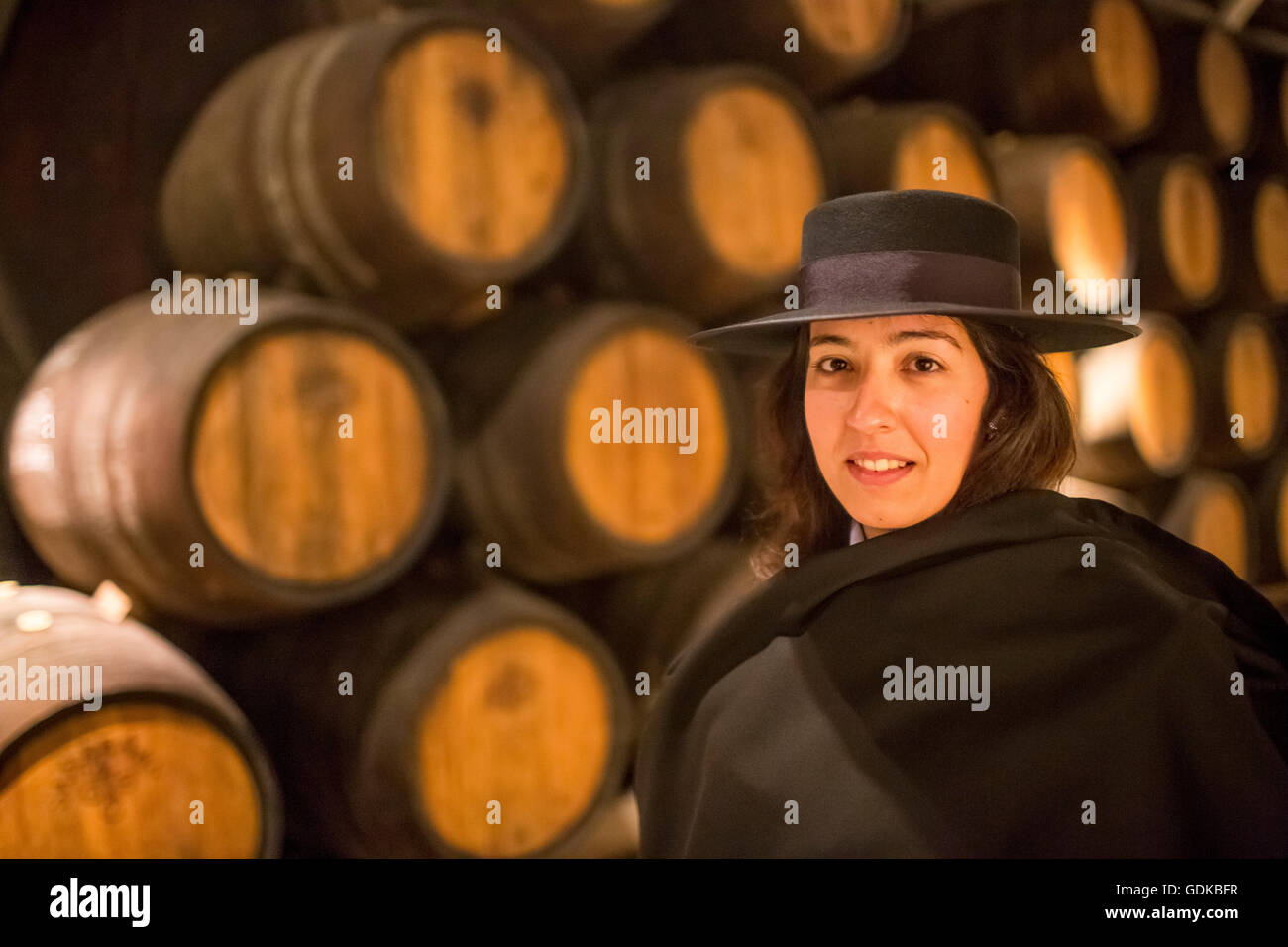 Tour classico con guida gli studenti robe Zorro hat e cape, Porta botti da vino, cantina di vini della cantina Sandeman Immagini Stock
