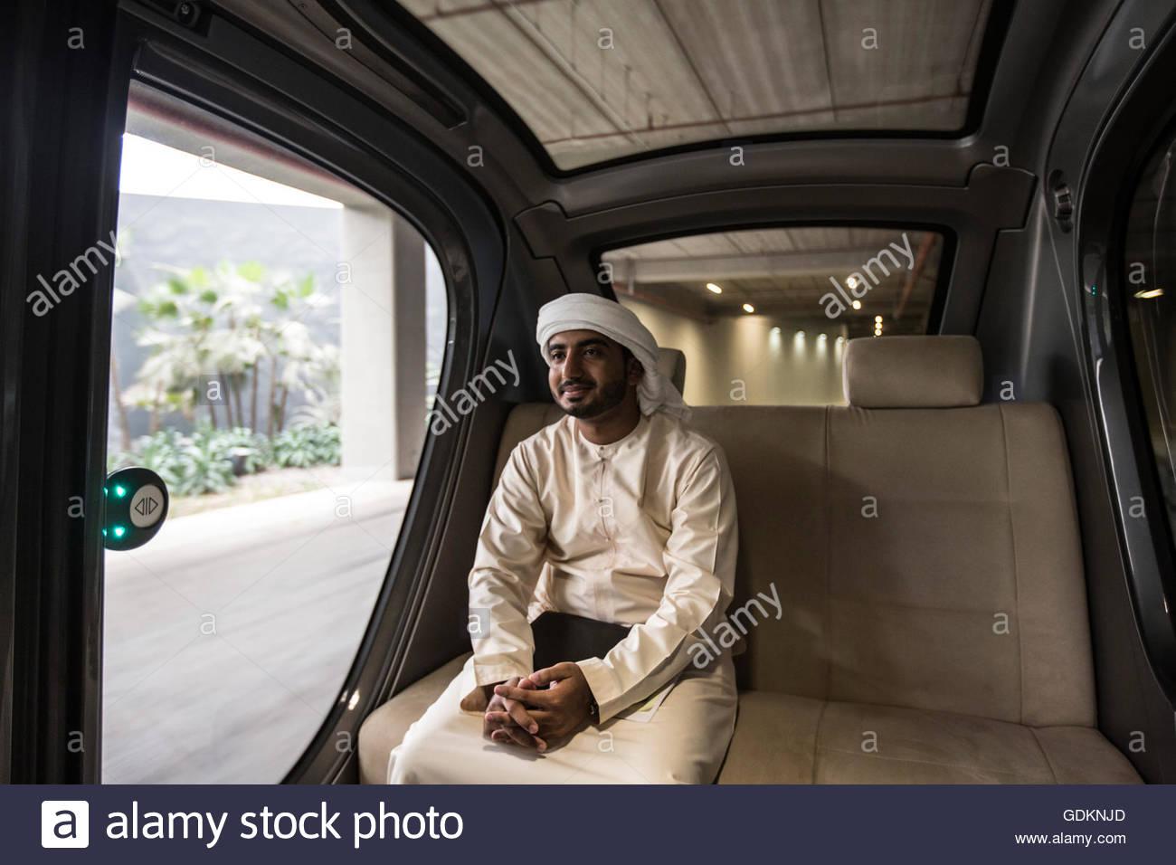 Un studente Emirati arrivando a Masdar Istituto di Scienza e tecnologia che è operativo dal 2010, Abu Dhabi, Immagini Stock