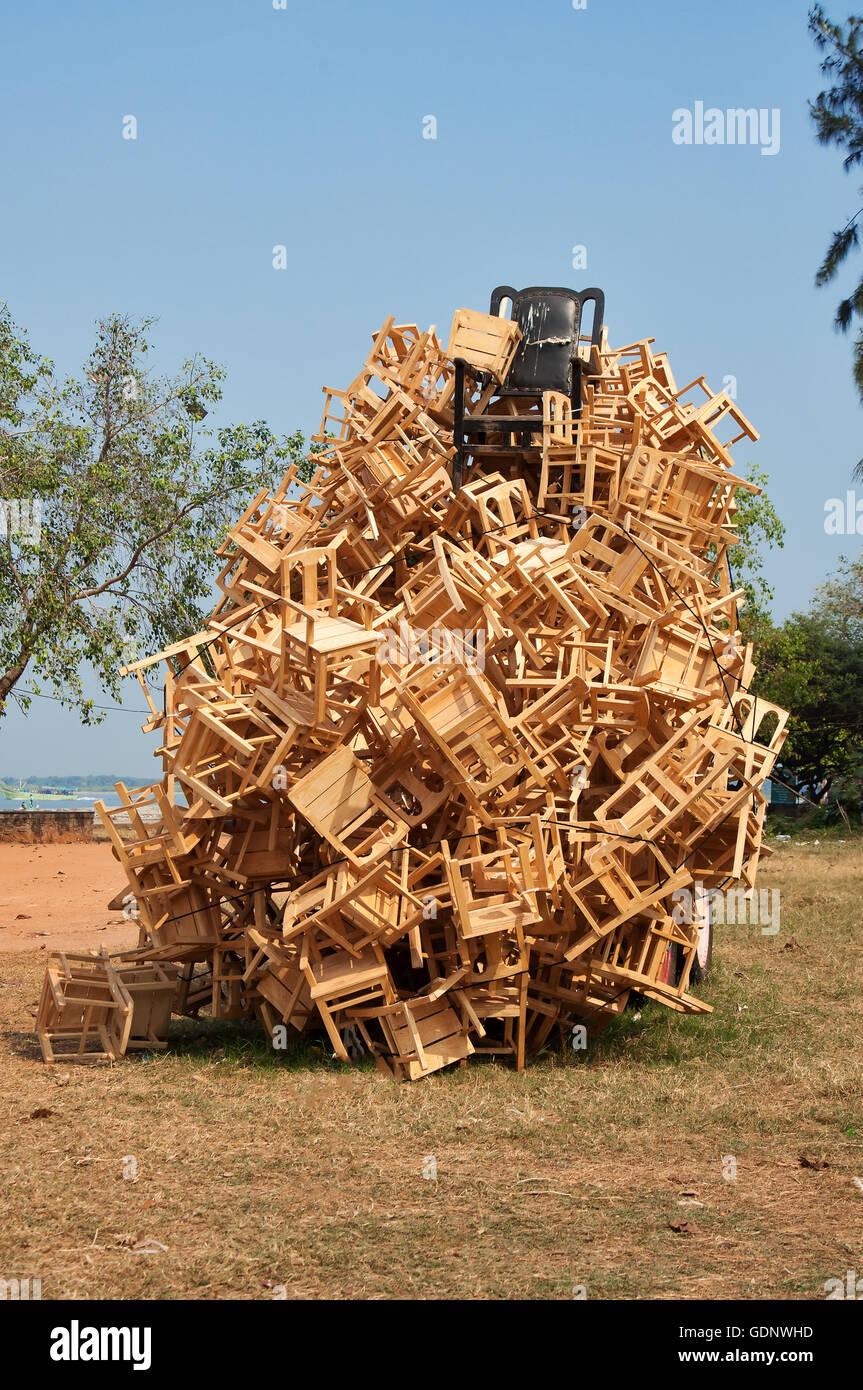 Installazione di portatori di democrazia da legno, metallo, rubher pneumatici, corda, iuta. Mansoor Ali Immagini Stock