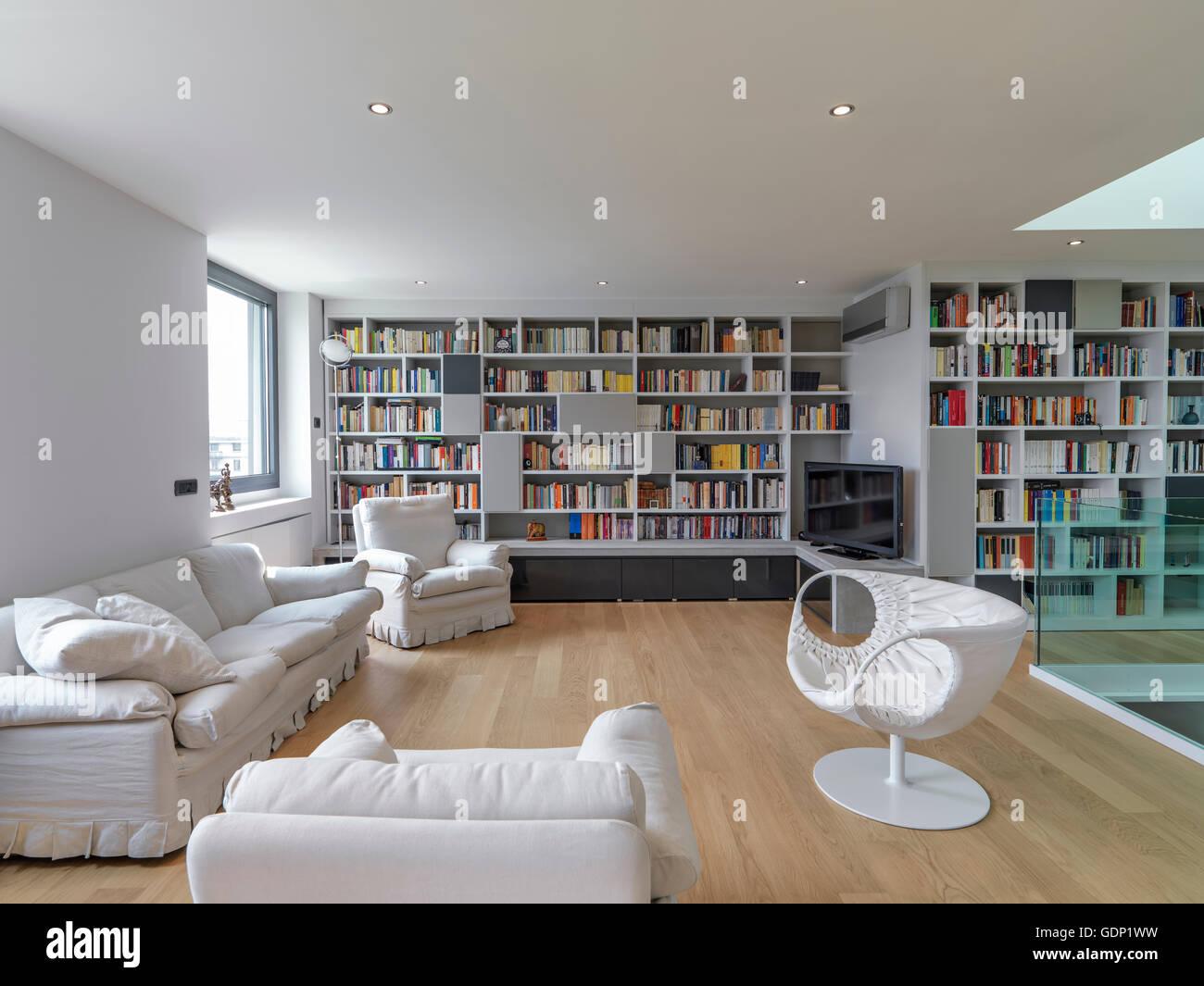 Vista interna di un soggiorno moderno con grandi librerie e