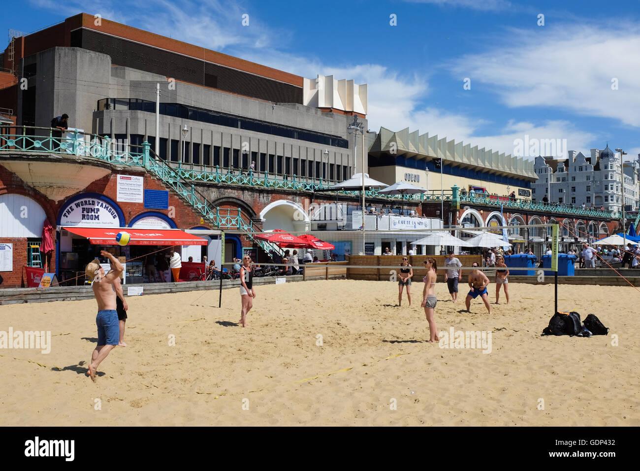 Persone che giocano a pallavolo sulla spiaggia di Brighton, Inghilterra. Immagini Stock