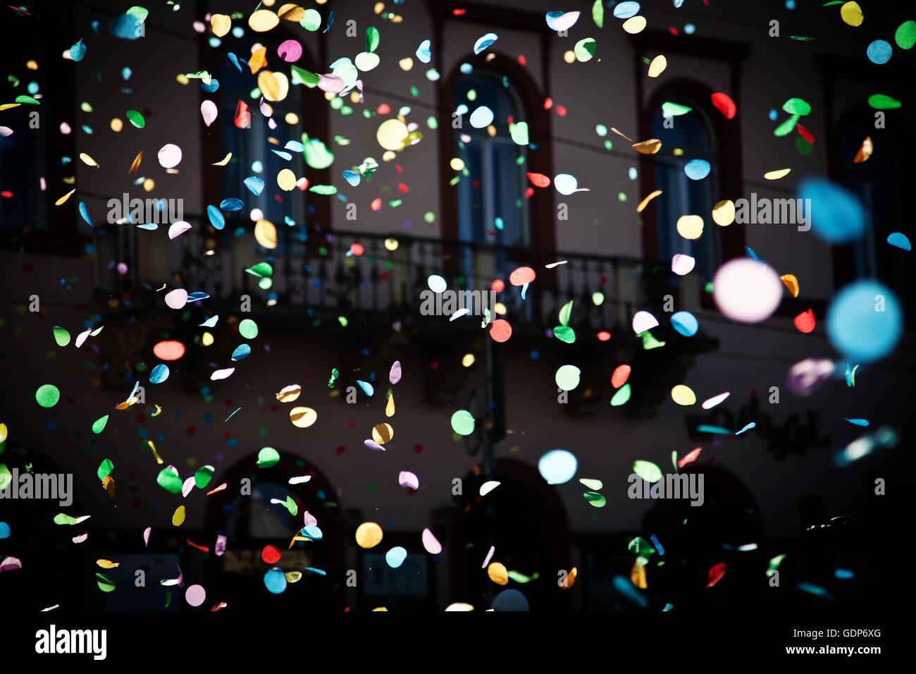 La caduta di coriandoli nella festa della città sul cielo blu sullo sfondo Immagini Stock