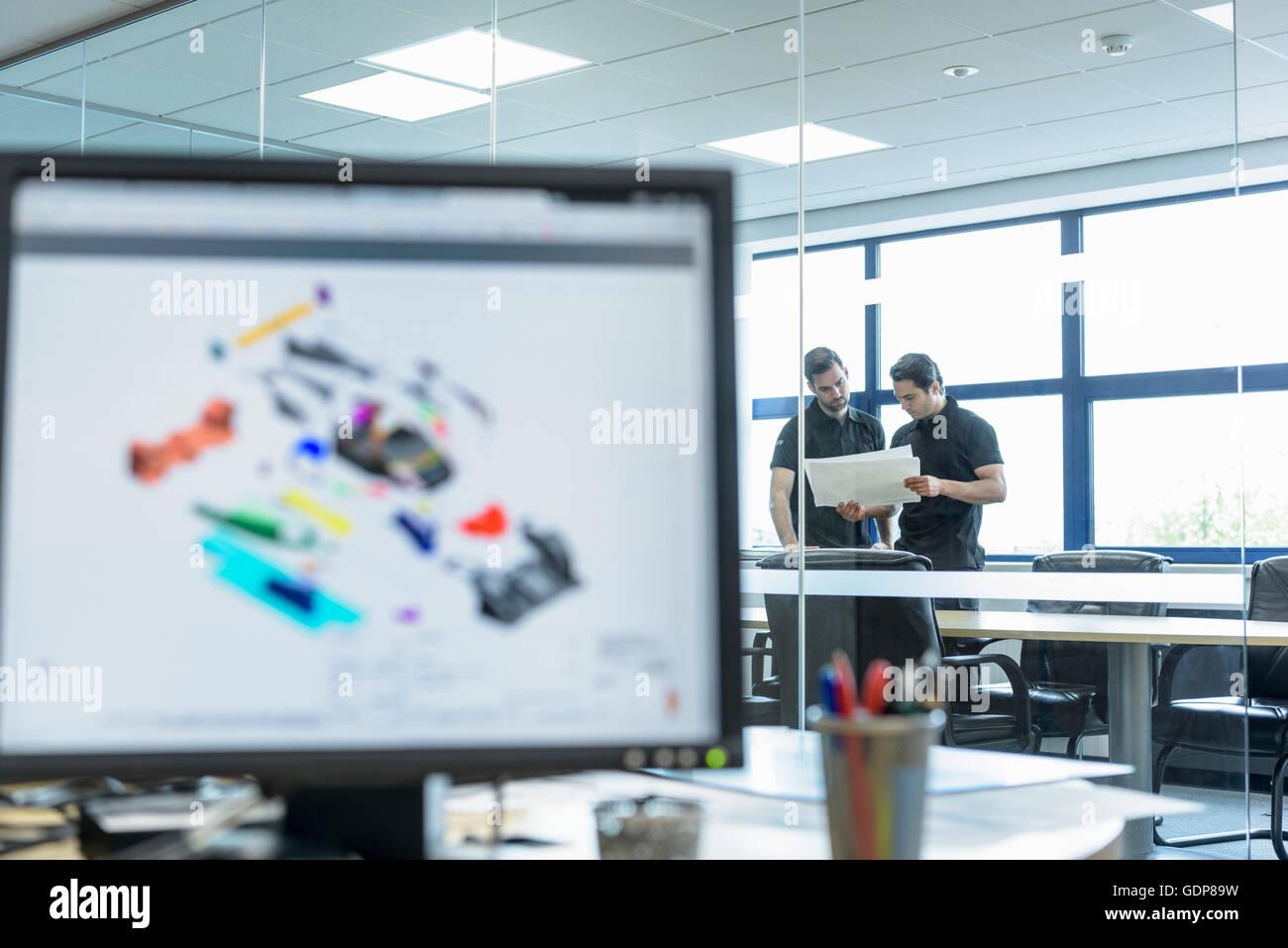 Ingegneri lavorano con progettazione CAD immagini in auto racing factory Immagini Stock