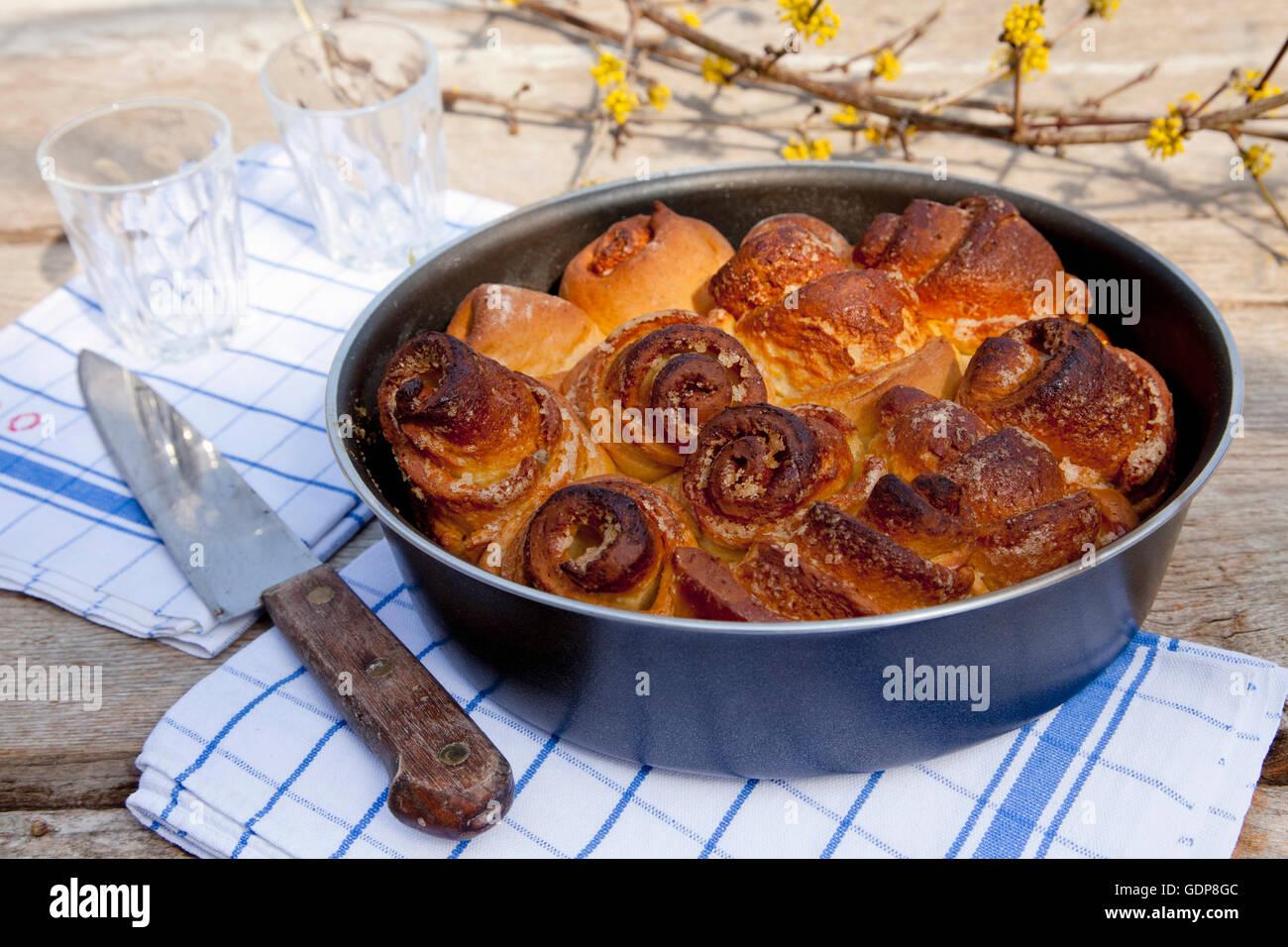 La torta nella teglia per torte sul tavolo con bicchieri Foto Stock