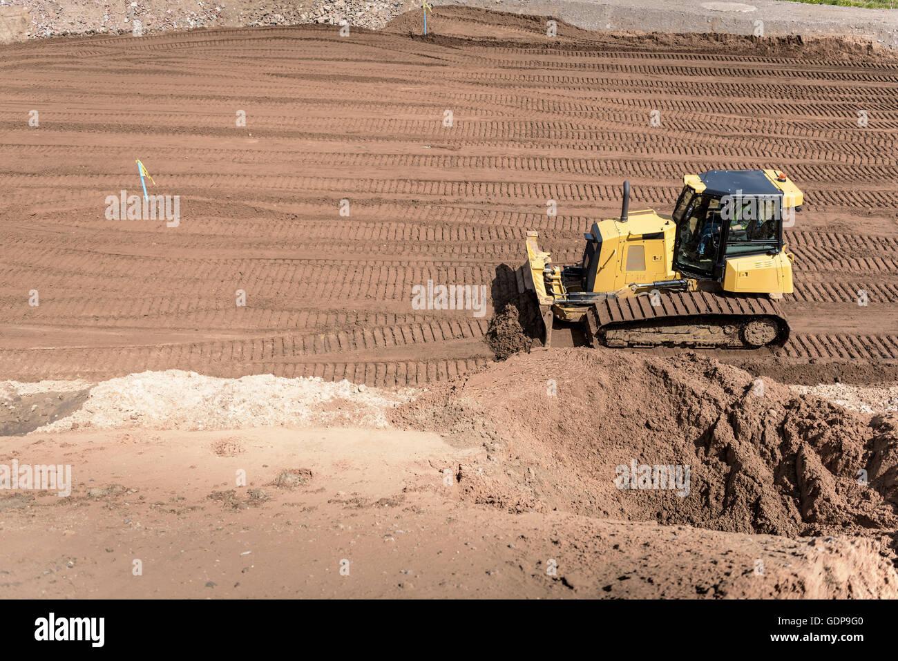Bulldozer movimento della terra sull'alloggiamento in cantiere Immagini Stock