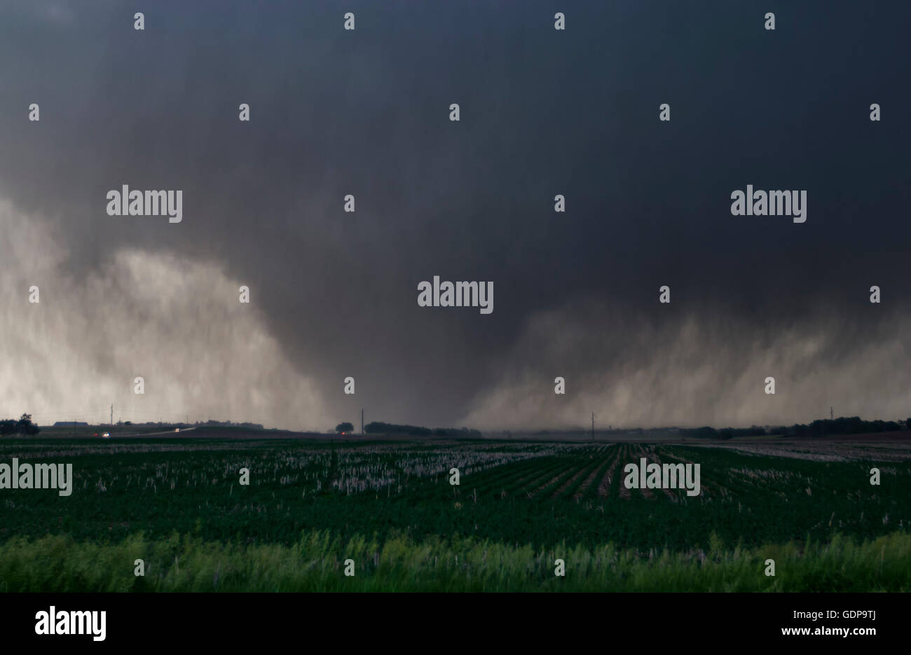 Una violenta, pioggia-avvolto cuneo tornado rip su terreni agricoli nelle zone rurali del Kansas Immagini Stock