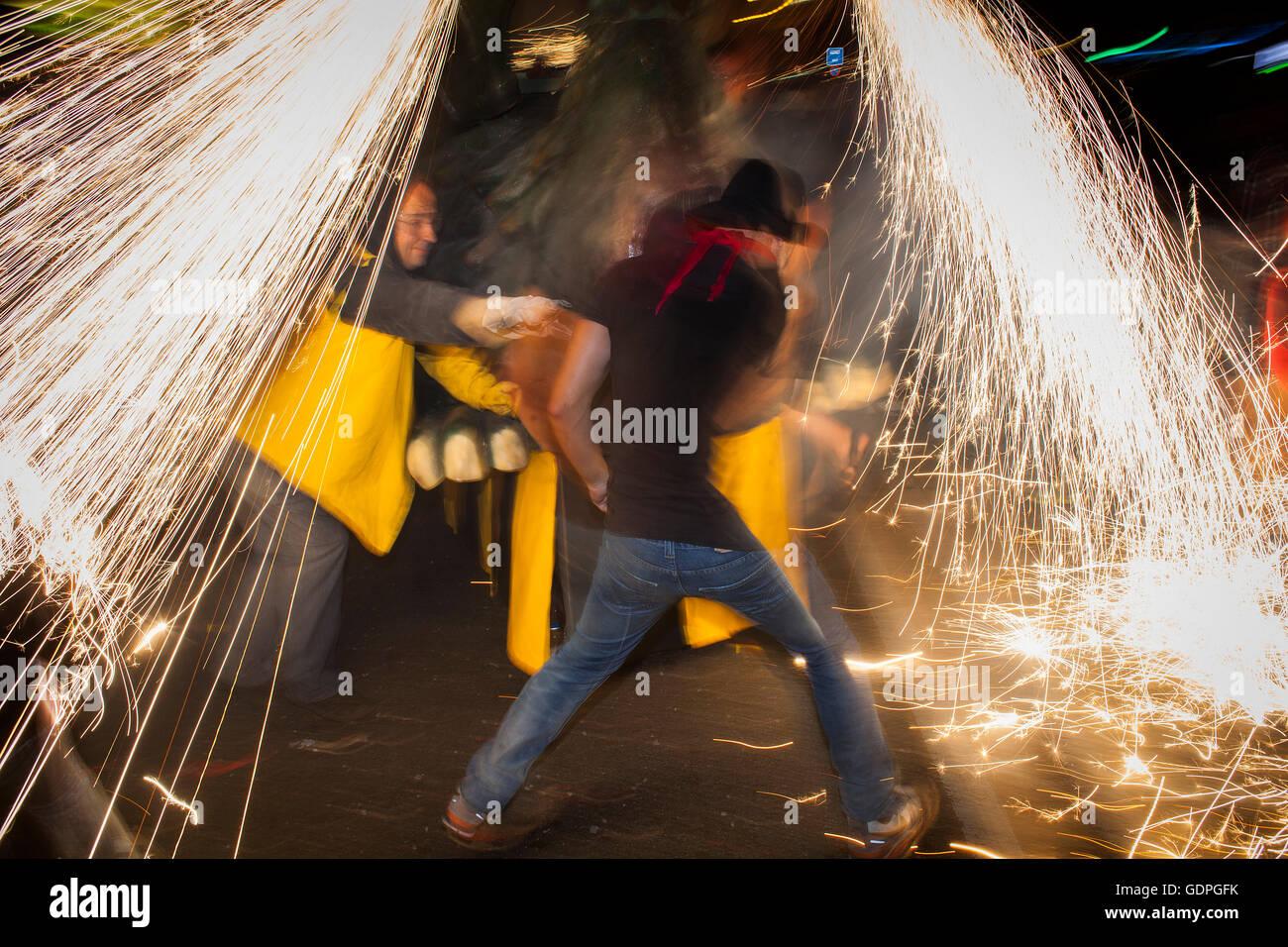 """""""Correfoc', tipica catalana celebrazione in cui draghi e demoni armati con fuochi d'artificio danza Immagini Stock"""