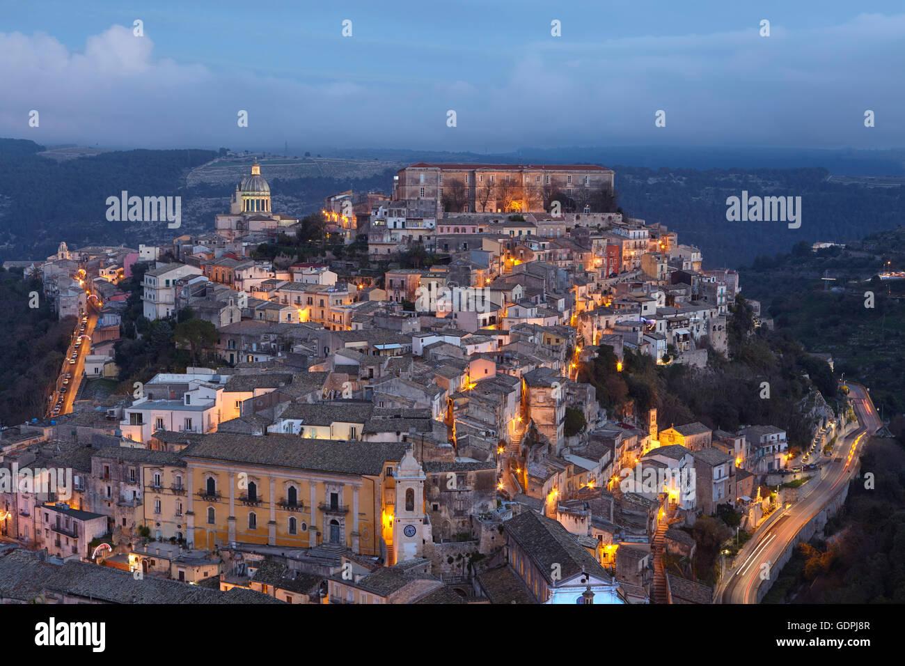 La città di Ragusa Ibla al tramonto, Sicilia, Italia Immagini Stock
