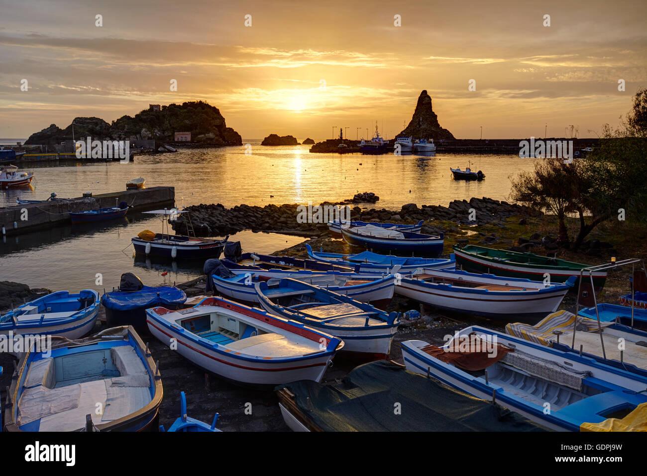 Il piccolo porto di Aci Trezza, Sicilia, Italia Immagini Stock