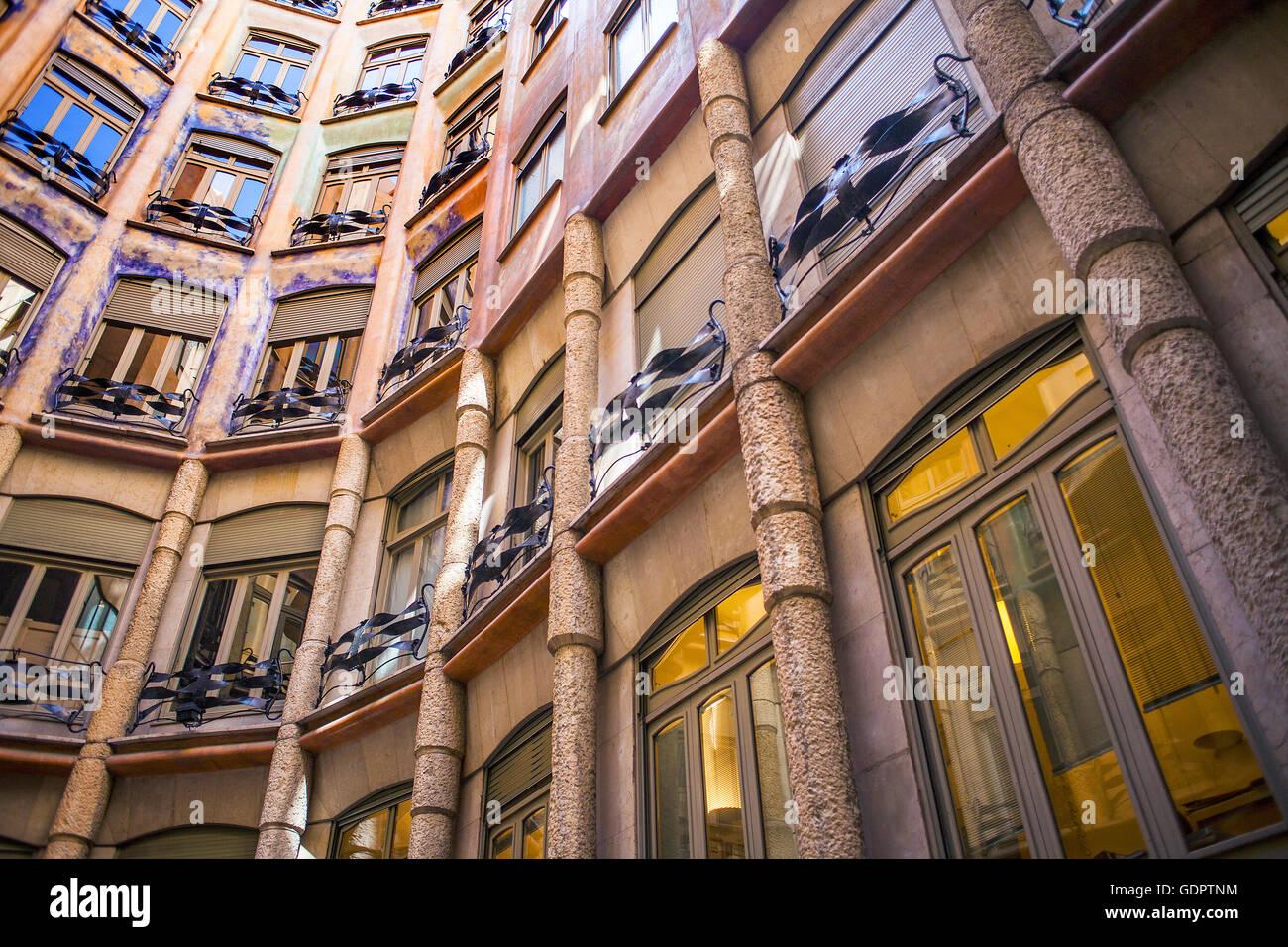 Vista del cortile interno, Casa Mila, La Pedrera, Barcellona, in Catalogna, Spagna Immagini Stock
