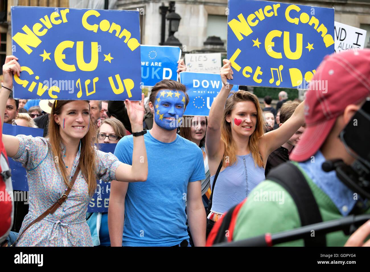"""'Marco per l'Europa"""" rimangono manifestanti marciando con il cartello """"gonna mai dare UE FINO' Immagini Stock"""