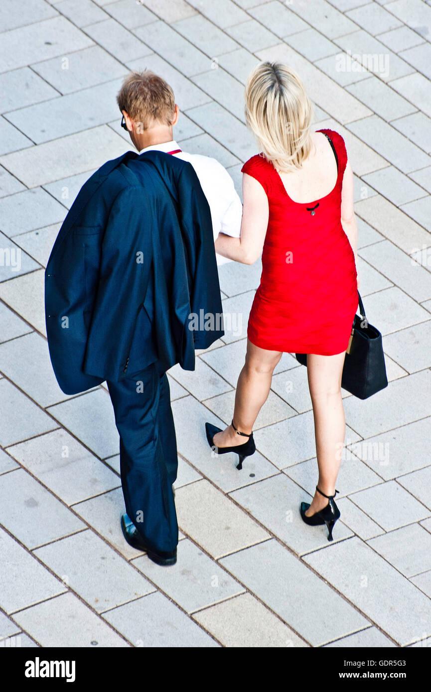 Elegante giovane a piedi Immagini Stock