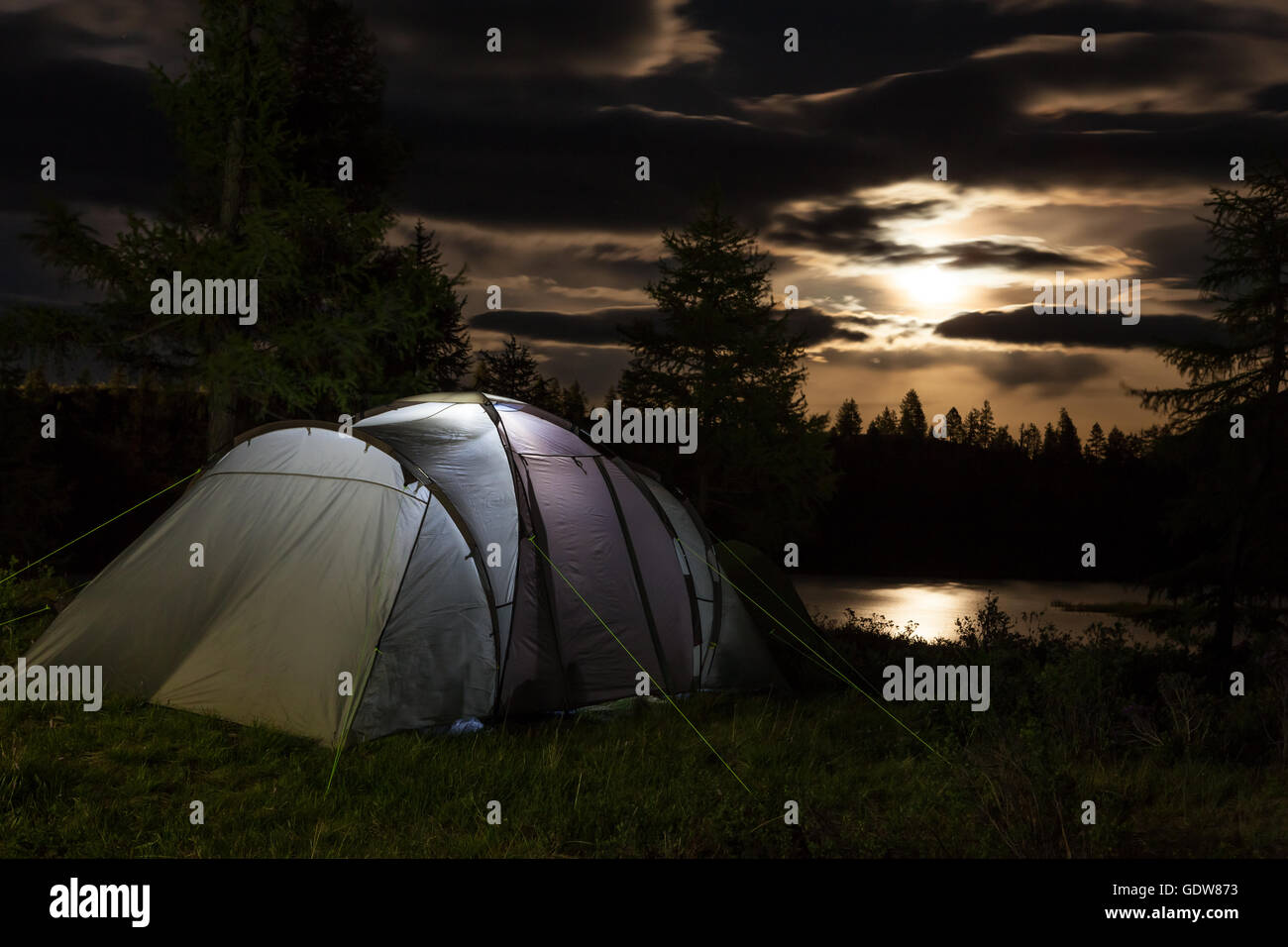 Tenda contro la montagna di notte Immagini Stock