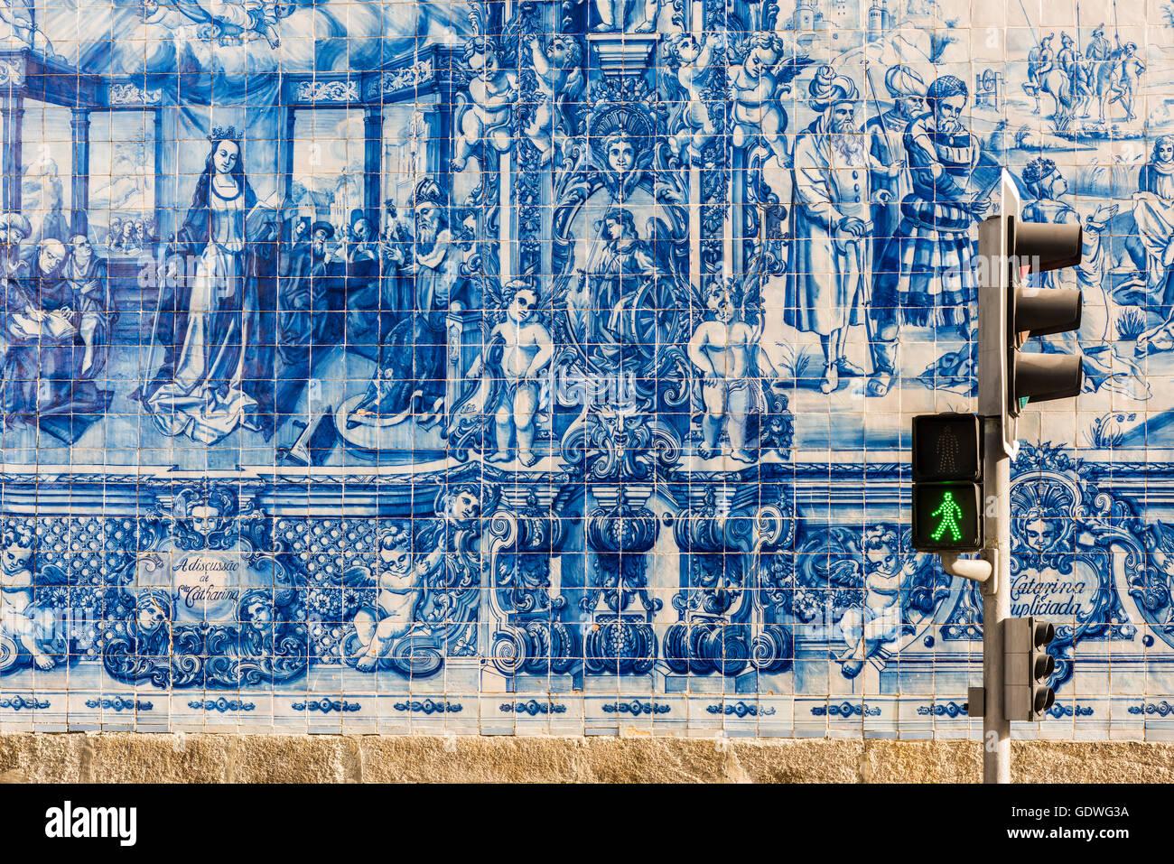 Azulejos tradizionali piastrelle dipinte a mano che copre la