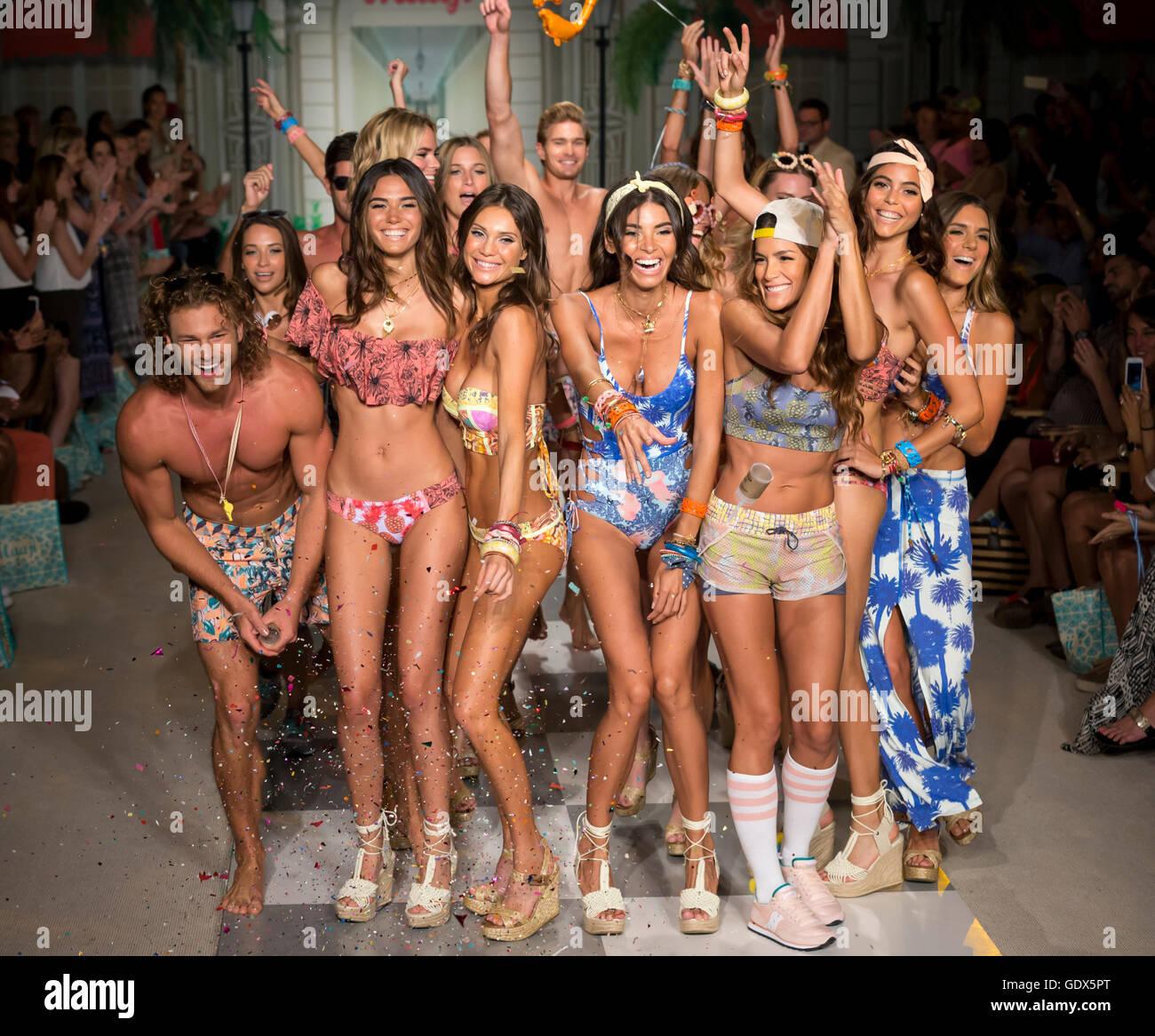 MIAMI BEACH, FL - Luglio 17, 2016: modelli a piedi la pista al Maaji 2017 Collezione a nuotare Funkshion Fashion Immagini Stock