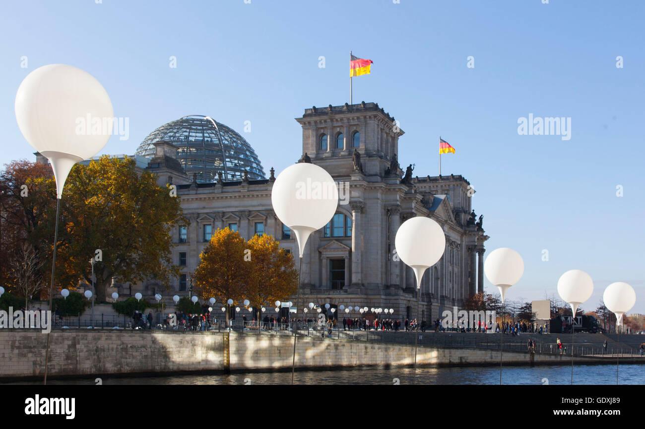 Lichtgrenze (Confine di luce) in occasione del XXV anniversario della caduta del muro di Berlino Immagini Stock