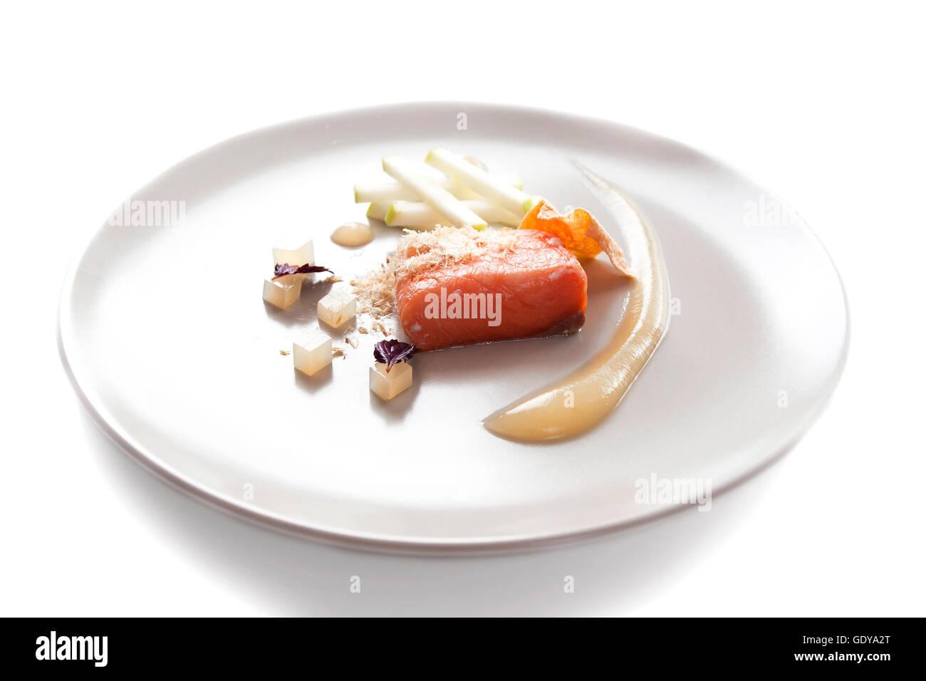 Molecular moderna cucina di pesce rosso in un piatto con una bella ...