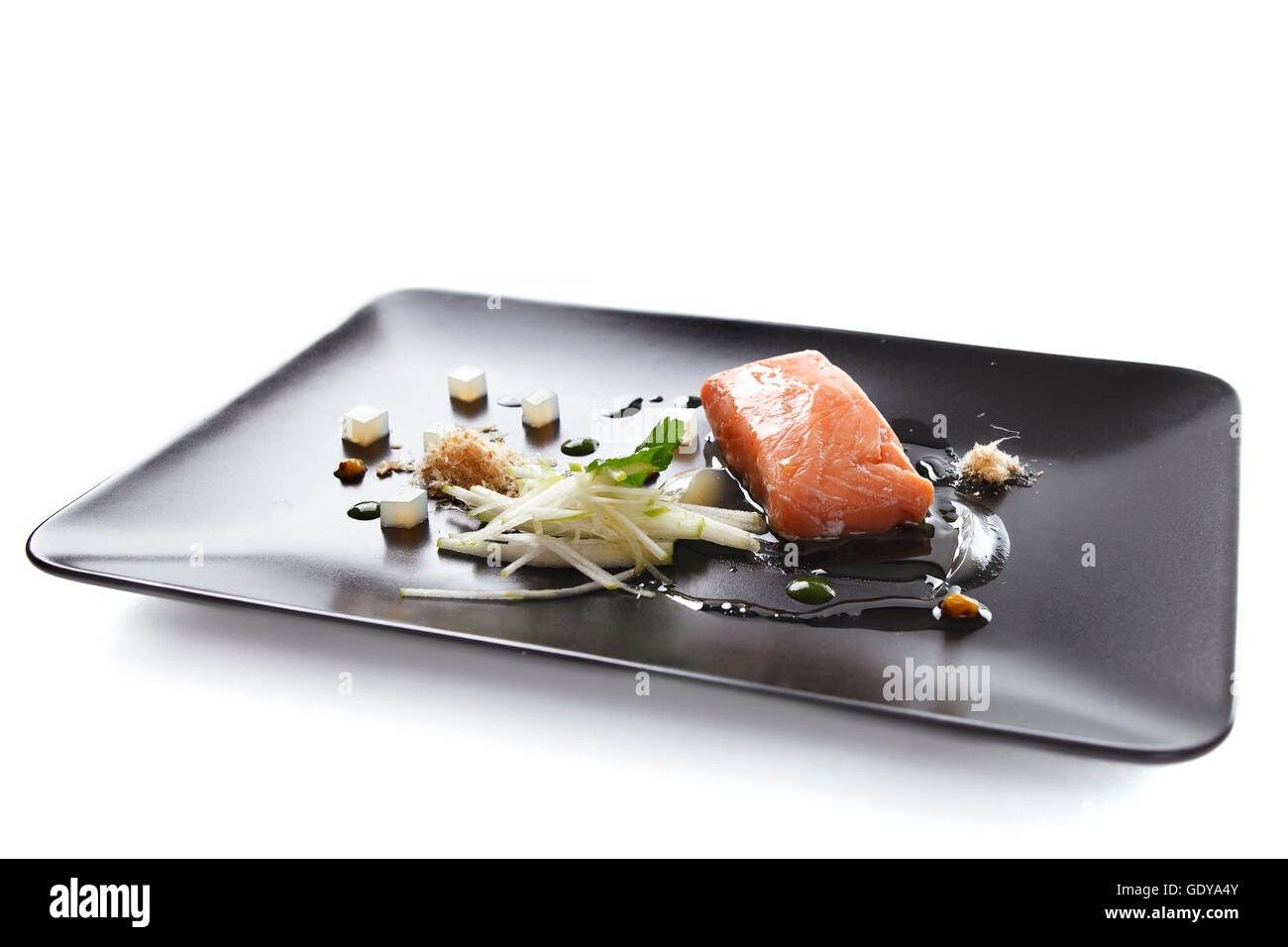 Molecular moderna cucina di pesce rosso in un piatto con una ...