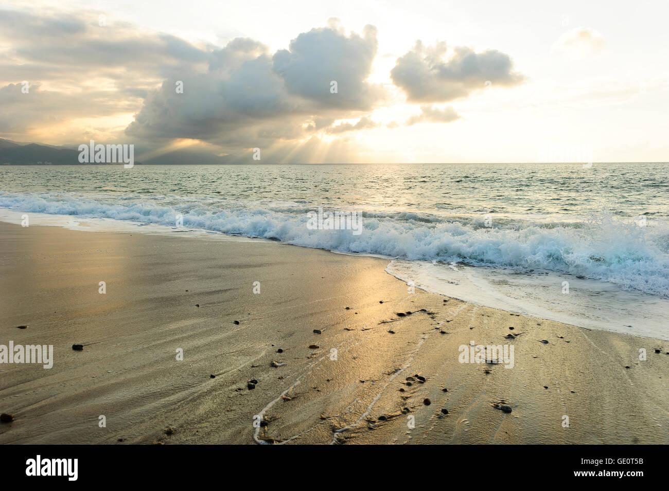 Ocean raggi di sole è un luminoso edificante seascape con raggi di sole rottura attraverso le nuvole come un Immagini Stock