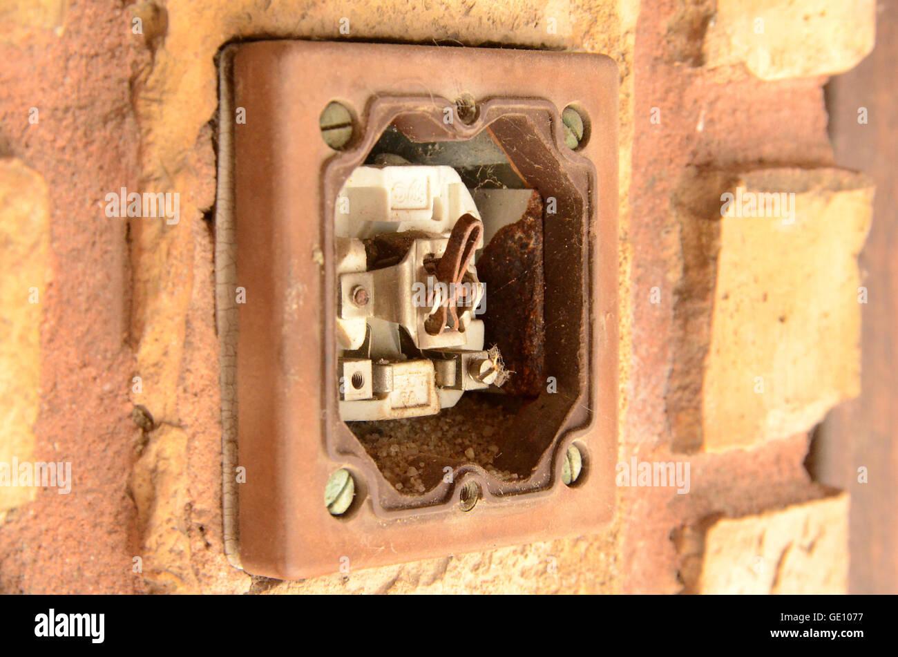 Guasto interruttore di luce che farà sì che il pericolo di scosse elettriche. Questo interruttore si trova Immagini Stock