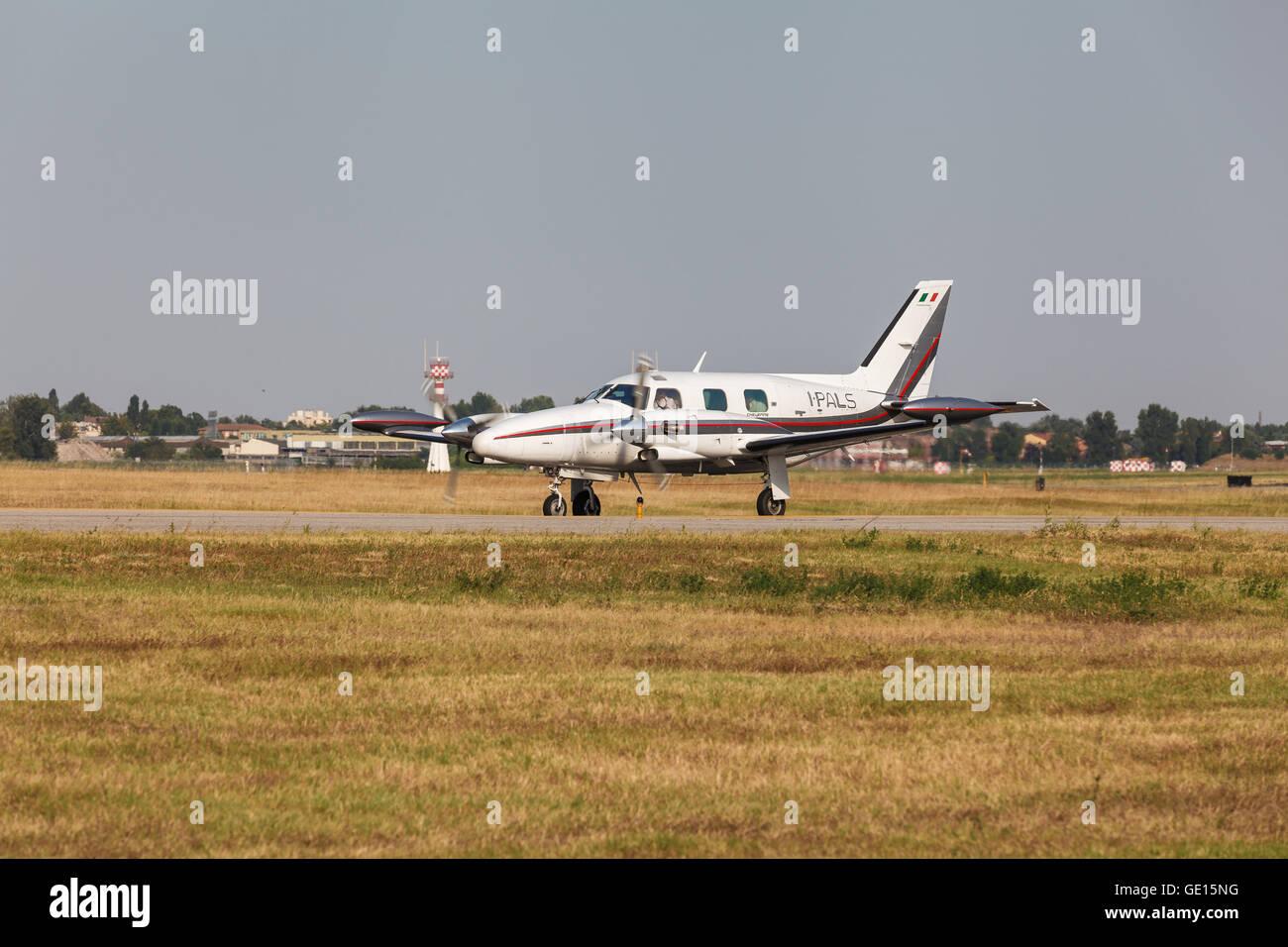 Jet Privato Bologna : Piccolo aereo privato pronto al decollo su aeroporto guglielmo