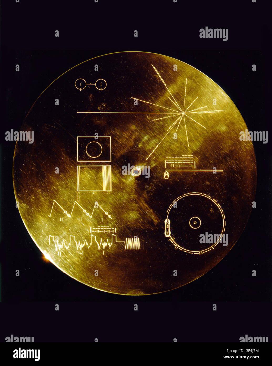 """Questo oro coperchio in alluminio è stato progettato per proteggere il Voyager 1 e 2 """"Suoni di Terra"""" placcato oro record dal bombardamento micrometeorite, ma serve anche un doppio scopo nel fornire il finder una chiave per la riproduzione della registrazione. Il diagramma esplicativo che viene visualizzato su entrambi le superfici interna ed esterna del coperchio, come il diagramma esterno verrà erosa in tempo. Volare a bordo di camminatori 1 e 2 sono identici """"Golden Record"""", che porta la storia della terra lontano nello spazio profondo. Il 12 pollici di rame dorato dischi contengono i messaggi di saluto in 60 lingue, campioni di musica da diverse culture un Foto Stock"""