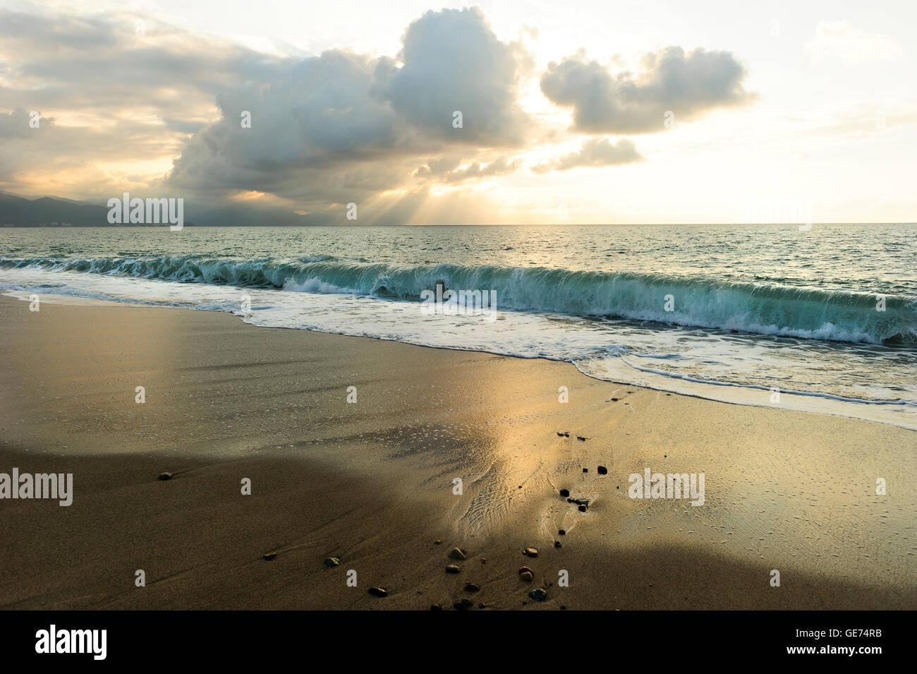 L'oceano al tramonto i raggi di sole è un luminoso edificante seascape con raggi di sole rottura attraverso Immagini Stock