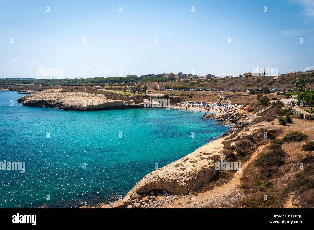 Paesaggio della spiaggia di Balai, Sardegna, in una giornata di sole di estate Foto Stock
