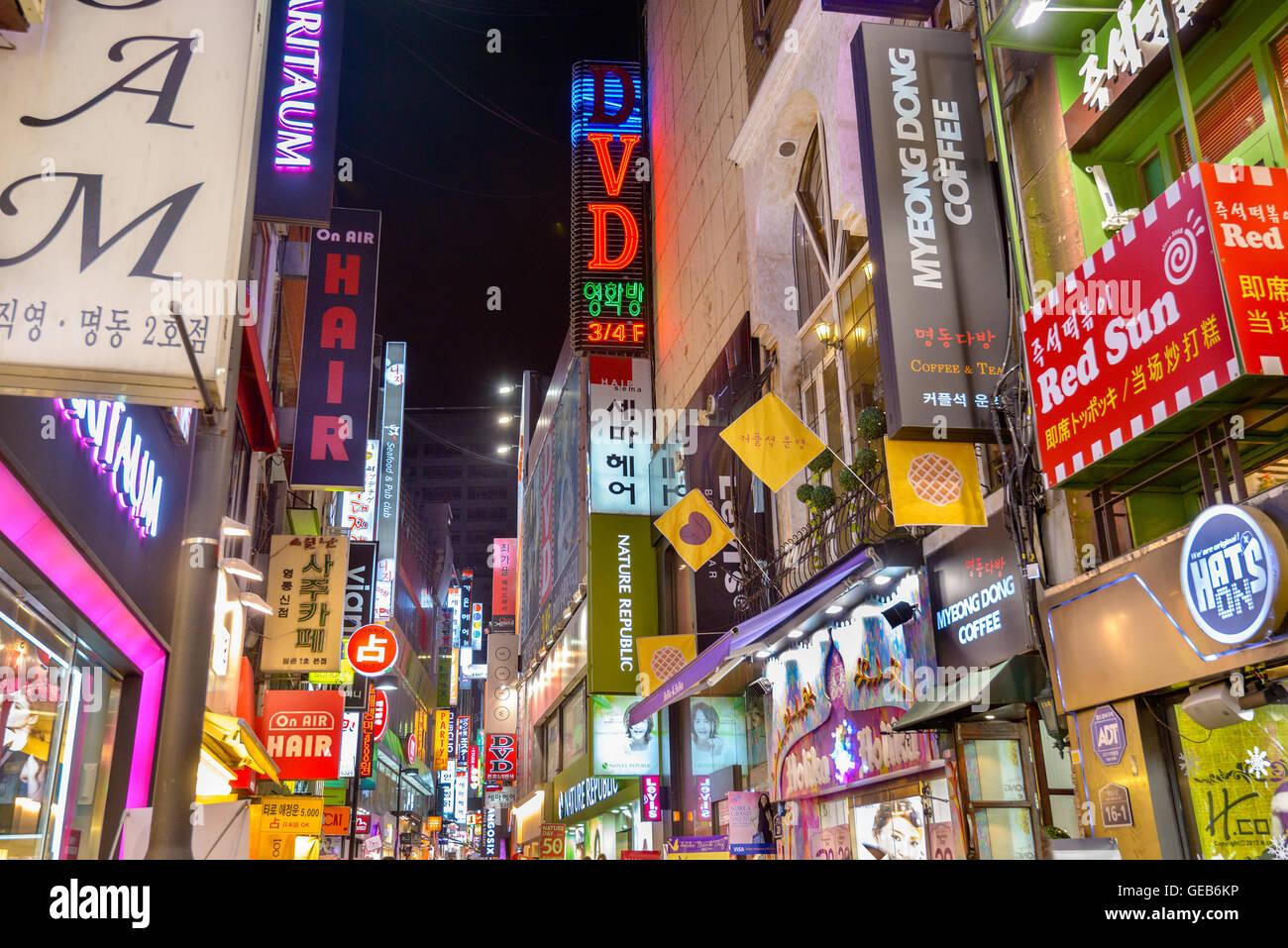 SEOUL, Corea del Sud - 14 febbraio 2013: insegne al neon linea Myeong-Dong il quartiere della vita notturna in Seoul. Immagini Stock