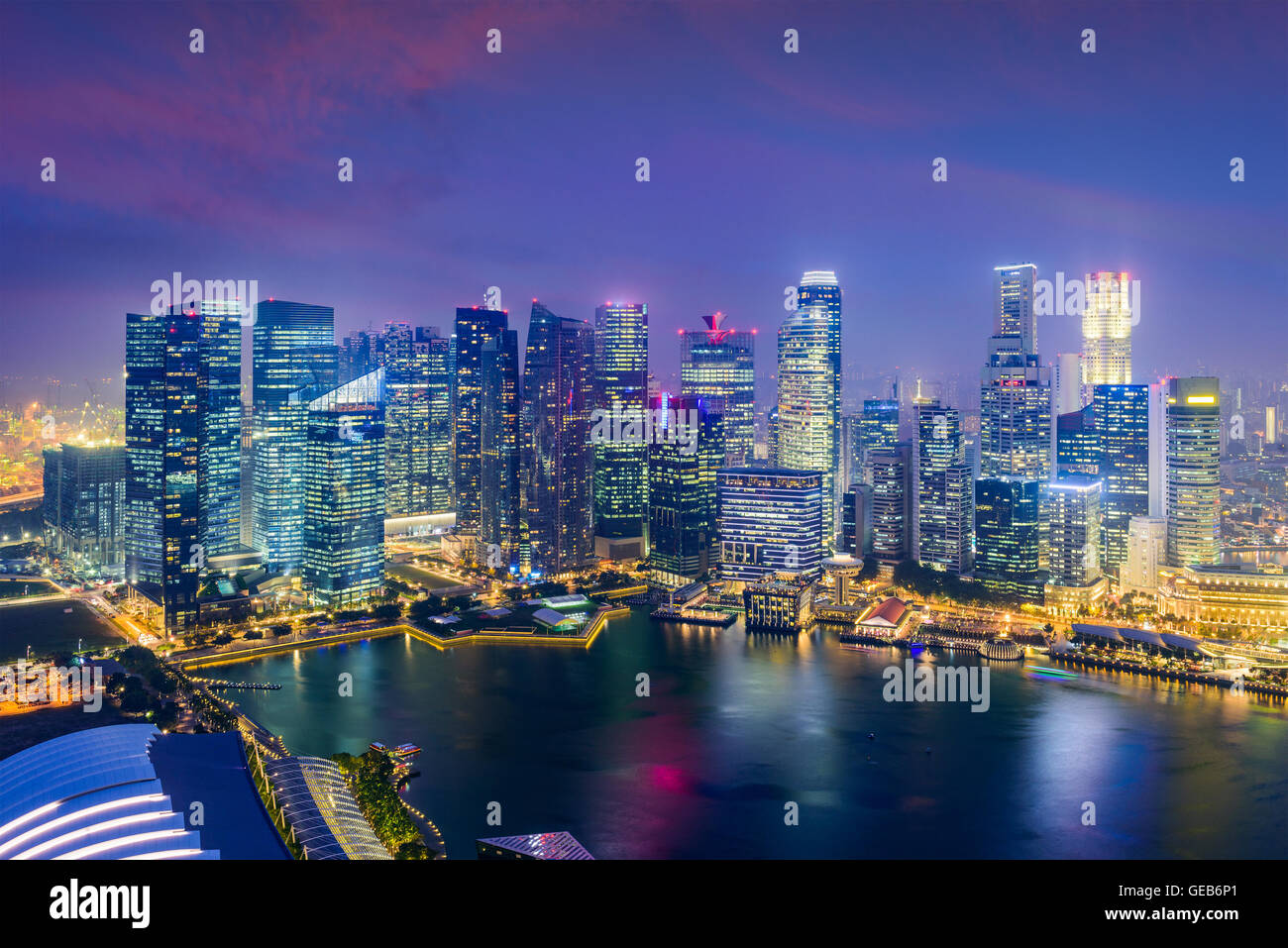Singapore Financial District skyline al tramonto. Immagini Stock