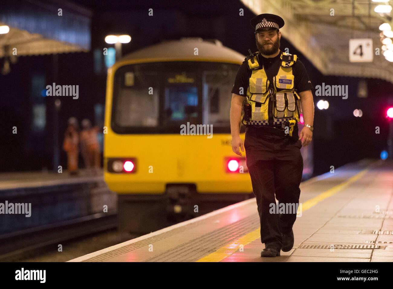 British Transport Police (BTP) ufficiale di pattuglia a Cardiff stazione ferroviaria centrale. Immagini Stock