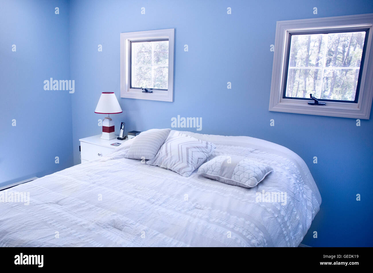 Camera da letto con pareti blu e windows in Wellfleet, ma su Cape ...