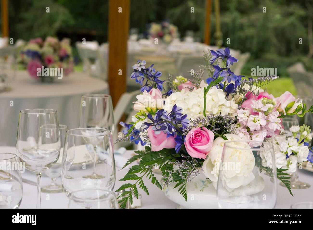 Addobbi floreali sui tavoli con bicchieri al matrimonio foto