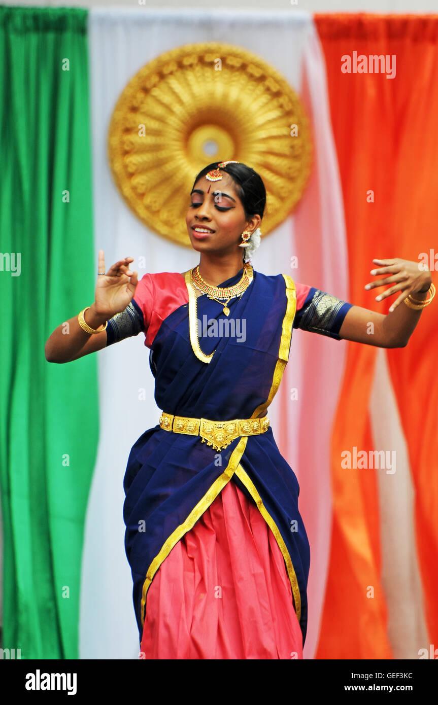 Donna indiana ballerina , la bandiera di India nel retro Immagini Stock