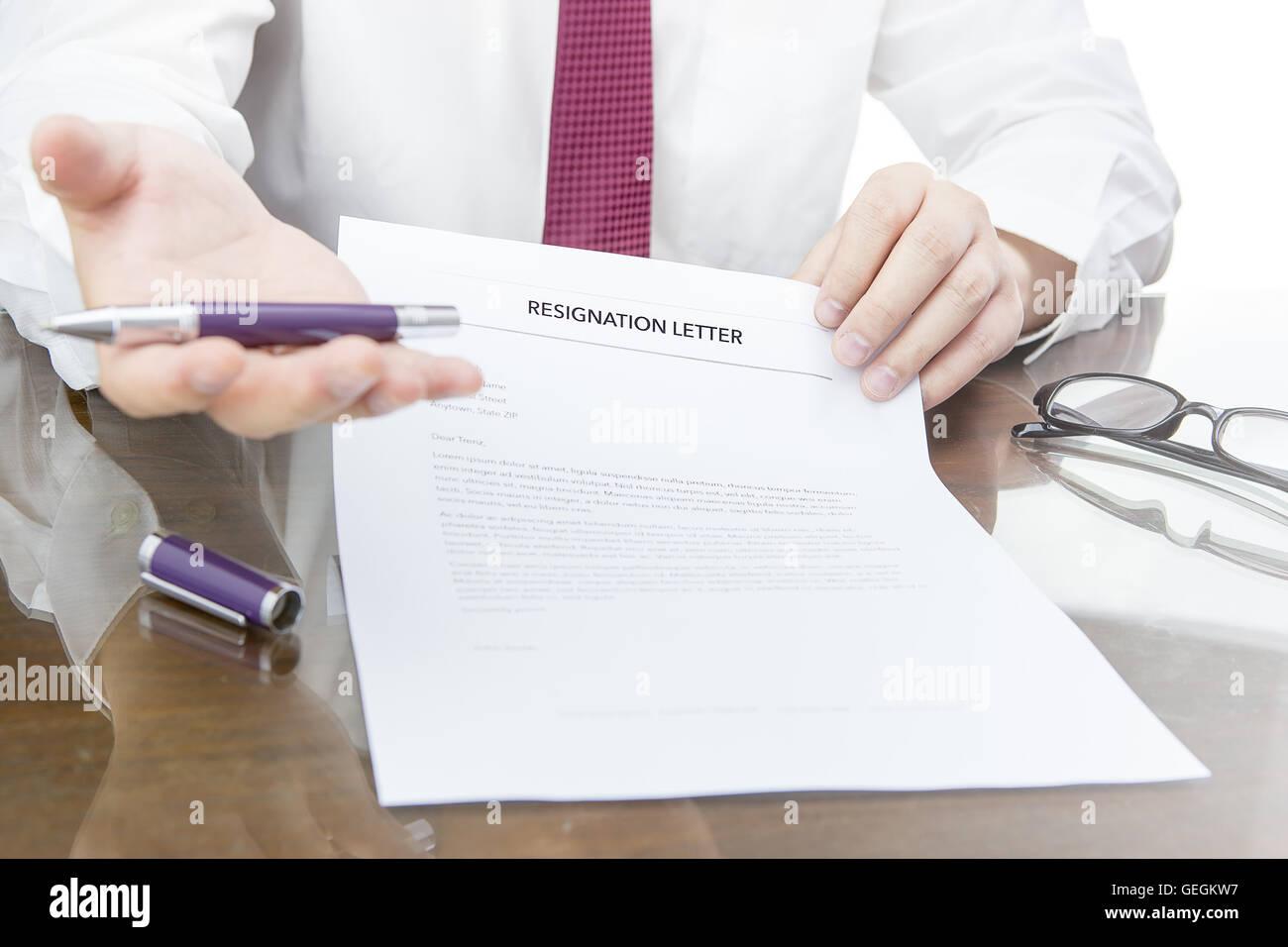 HR manager desidera Fired Employee ed egli dando una lettera di dimissioni al dipendente, la perdita del posto di Immagini Stock
