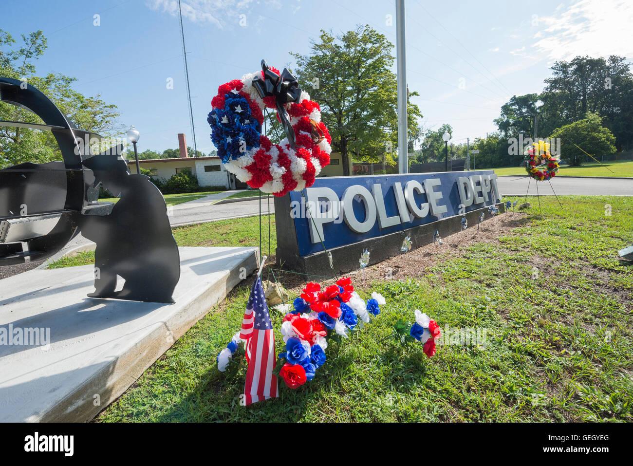 Le molle di alta, Florida stazione di polizia con composizioni floreali di solidarietà e simpatia per la caduta Immagini Stock