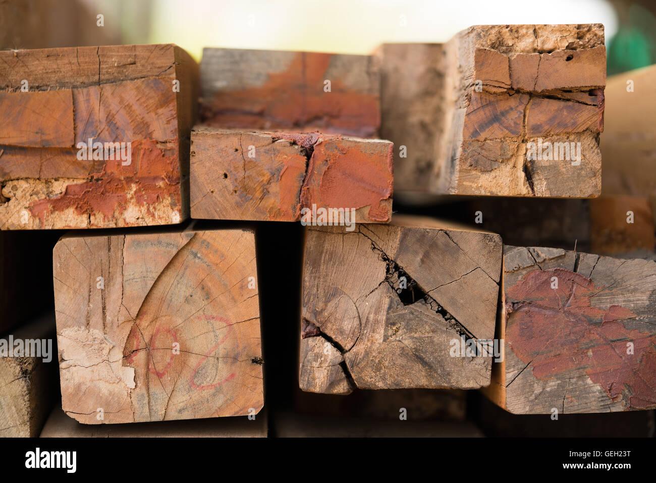 Pila di legname utilizzato per il riutilizzo in costruzione Immagini Stock