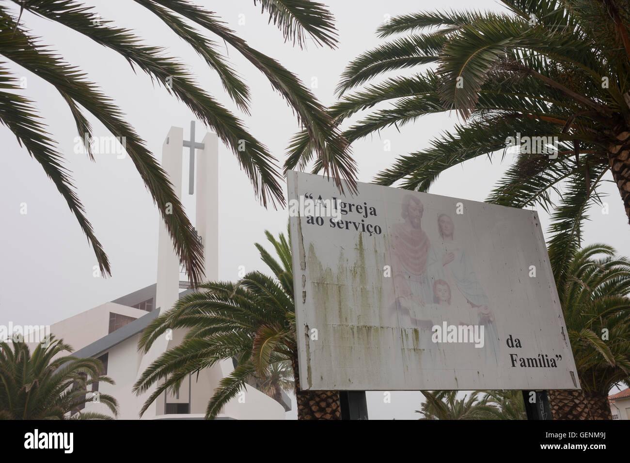 Famiglia Cattolica di valori e la moralità di un cartellone pubblicitario al di fuori di una chiesa in Costa Immagini Stock