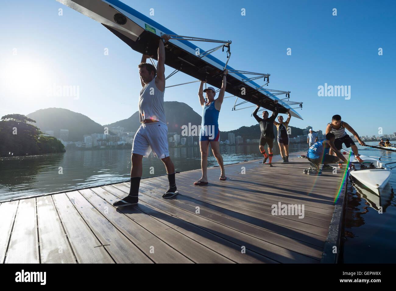 RIO DE JANEIRO - MARZO 22, 2016: dopo il training, Brasiliano rematori di portare la loro barca torna alla clubhouse Immagini Stock