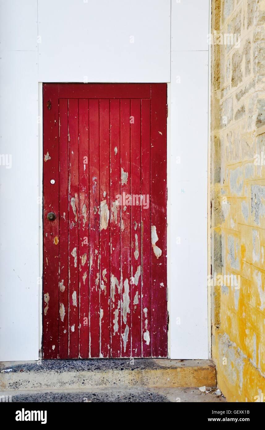 Rosso brillante porta a spiovente con accento chipping vernice bianco e il framing perpendicolare al calcare un Immagini Stock