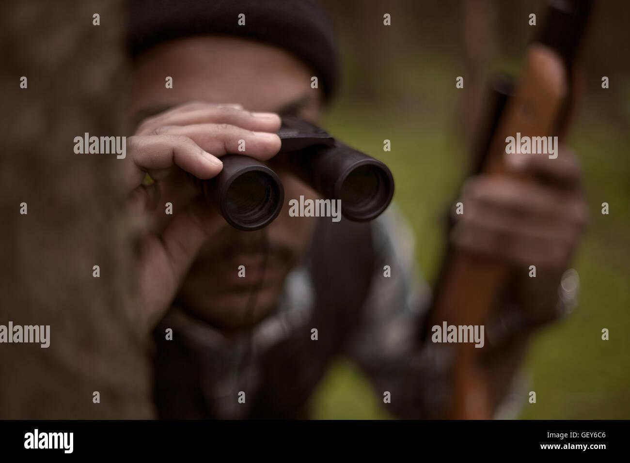 Interracial hunter nella foresta Foto Stock