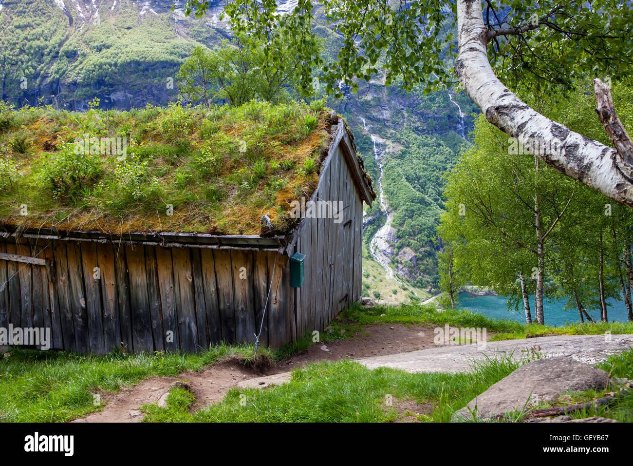 Capanna in legno a vista Vesterasfjellet punto al Fiordo di Geiranger, Norvegia Immagini Stock