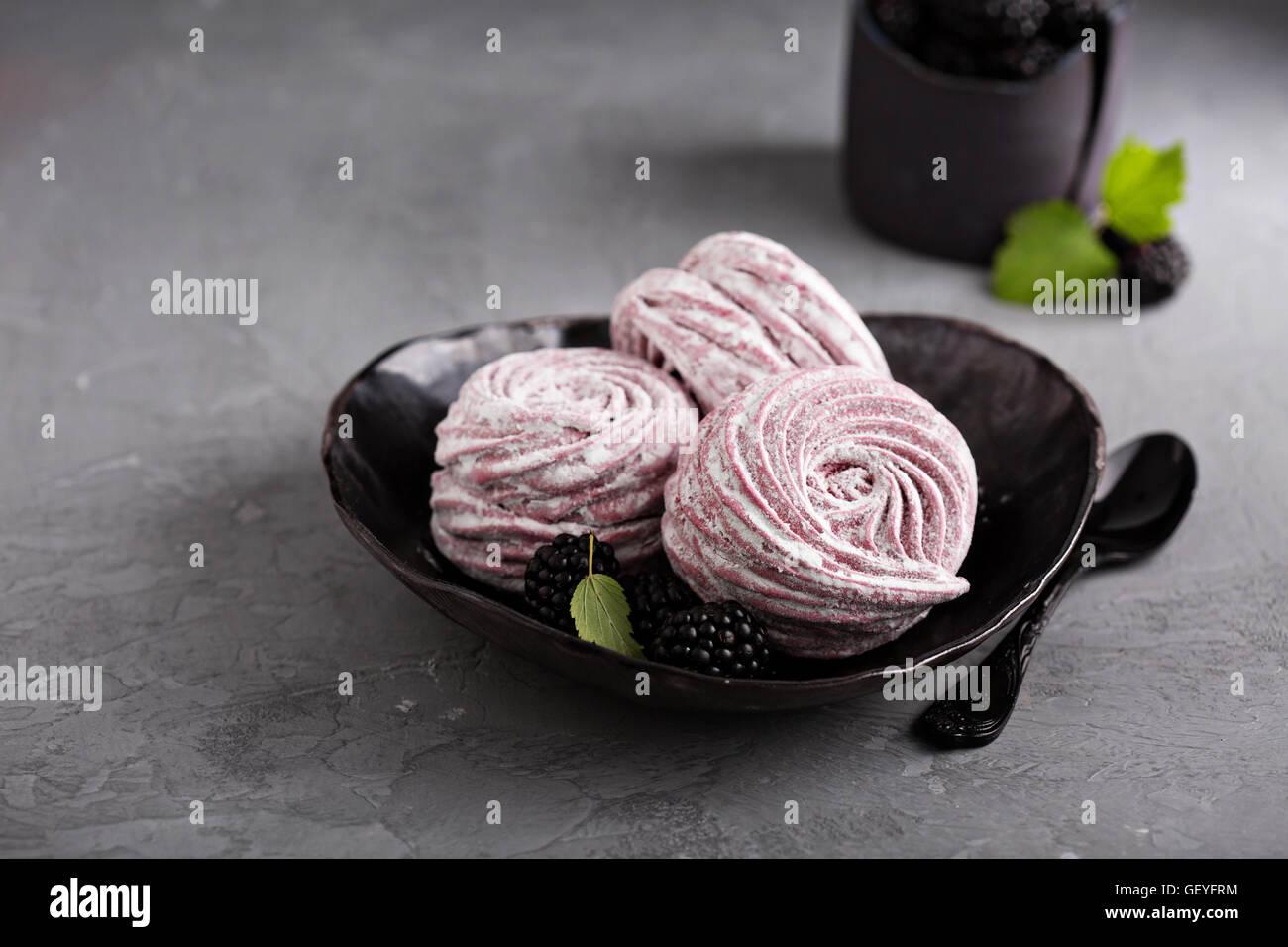 In casa marshmallow dessert con frutti di bosco Immagini Stock