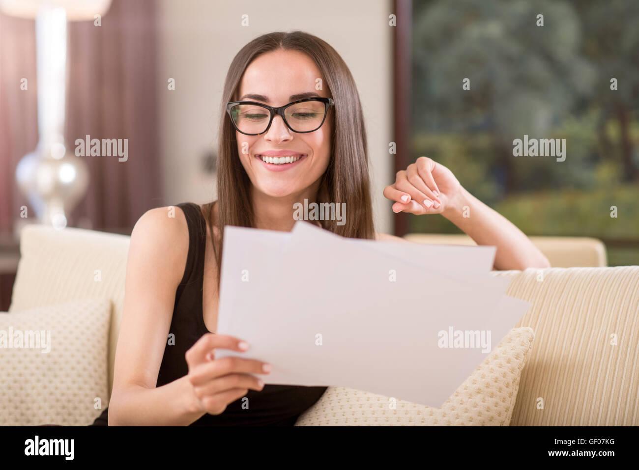 Fiducioso donna guardando papers Immagini Stock