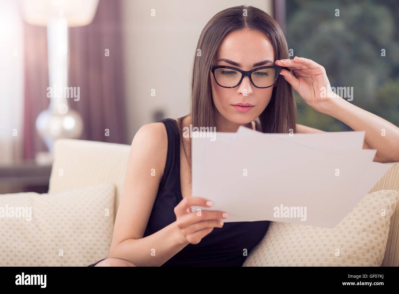 Donna analizzando attentamente le carte Immagini Stock