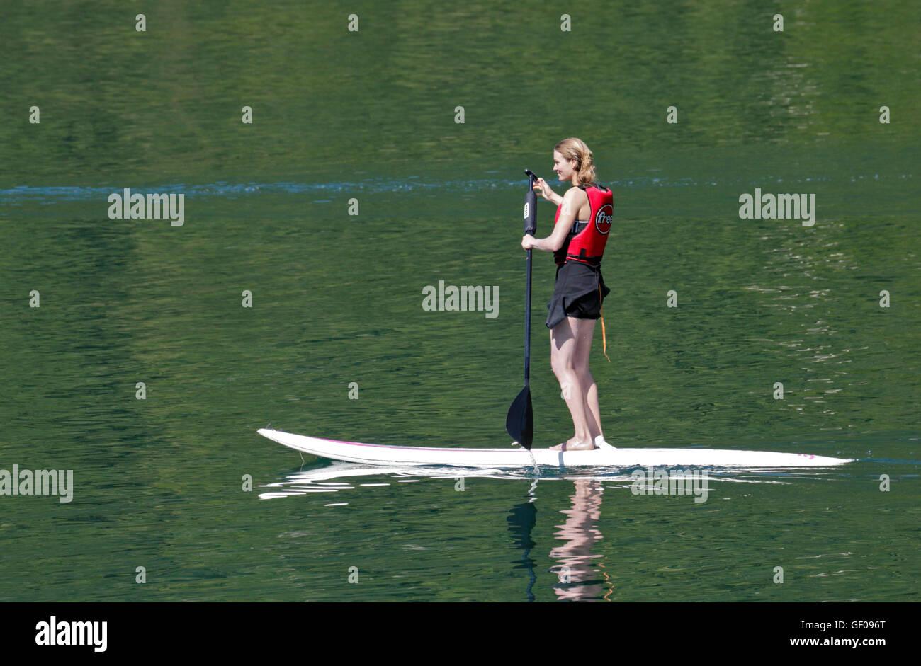 Ragazza di Paddleboard, lago d Idro, Italia Immagini Stock