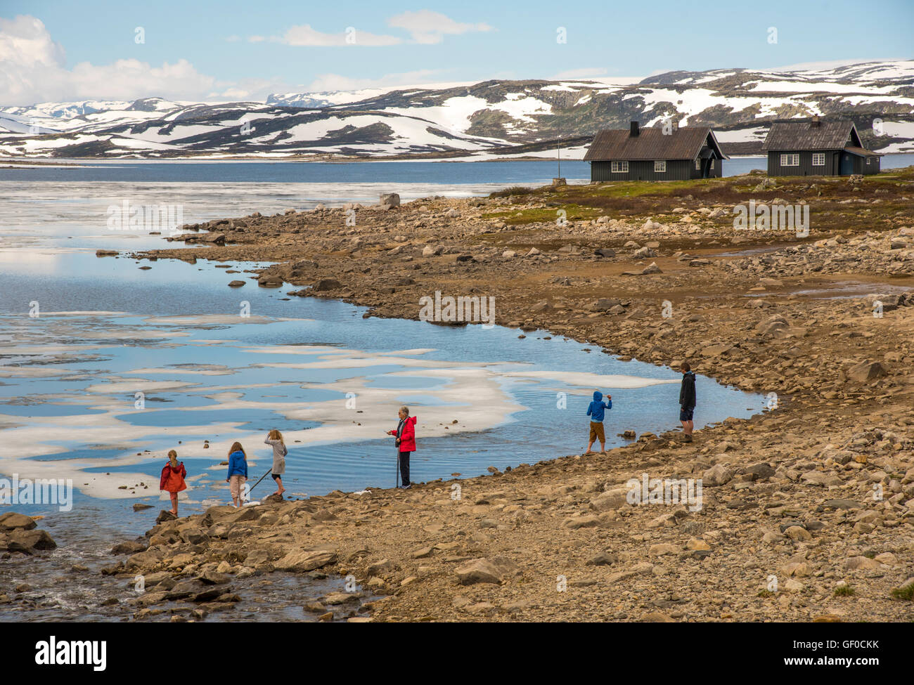 Per coloro che godono di Lago Orteren in primavera. Parco Nazionale di Hardangervidda, Norvegia Hordaland, Scandinavia, Immagini Stock