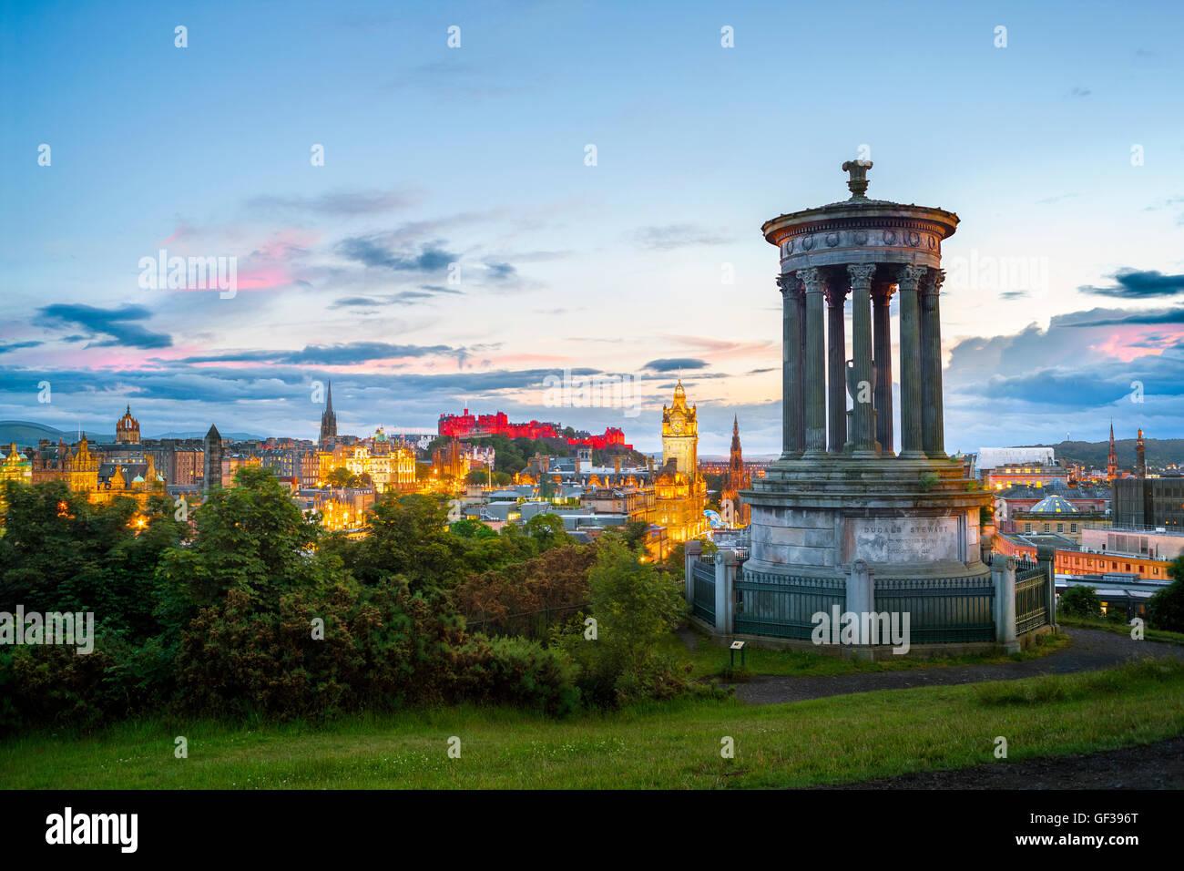 Lo Skyline di Edimburgo dal Cantone di collina con il Castello di Edinburgo e la Città Vecchia al tramonto in estate. Foto Stock
