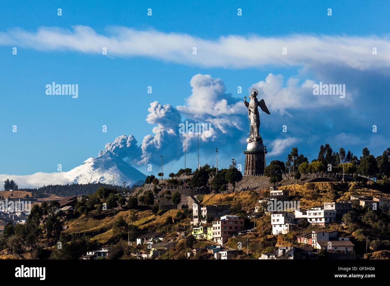 Il vulcano Cotopaxi eruzione Panecillo e la Madonna visto da Quito, Ecuador Immagini Stock